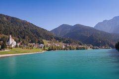 Vista de Auronzo di Cadore y del lago Santa Caterina Lake Misurina Dolomites san Lucano de la iglesia imágenes de archivo libres de regalías