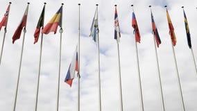 Vista de baixo da meia haste de ondulação da bandeira da Federação Russa vídeos de arquivo