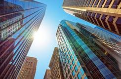 Vista de baixo para cima dos arranha-céus espelhados no vidro em Philadelphfia Imagens de Stock