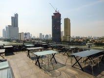 Vista de Bangkok y del río Chao Phraya de una barra del tejado foto de archivo