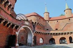 Vista de barbakan famoso en Cracovia, Polonia Patio Parte del fortalecimiento de la pared de la ciudad Fotografía de archivo