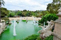 Vista de Barcelona, Spain Fonte no parque de la Ciutadella da citadela de Parc imagem de stock