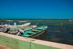 Vista de barcos velhos no oceano em Rio Lagartos, México fotografia de stock