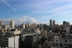 Vista de Beirut desde arriba de un edificio en la calle una de Hamra de las áreas comerciales principales de la ciudad foto de archivo libre de regalías