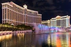 Vista de Bellagio e hotéis e casino do Caesars Palace na noite com mostra da fonte, LAS VEGAS, EUA Fotos de Stock