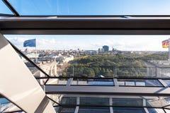Vista de Berlim através da janela da abóbada de Reichstag Fotografia de Stock Royalty Free