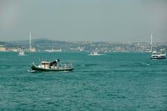 Vista de Bosphorus, de barcos y del puente de Bosforsky Estambul Fotografía de archivo libre de regalías