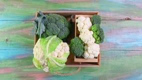 Vista de brócolis e da couve-flor orgânicos na caixa Conceito local do produto da colheita sazonal da colheita Imagem autêntica d imagem de stock