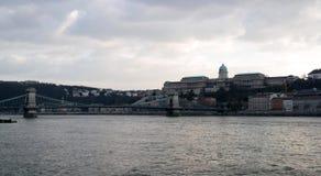 Vista de Buda Castle y del puente de cadena Imágenes de archivo libres de regalías
