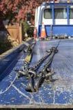 Vista de cadenas y de ganchos en la parte de atrás de una grúa que mira de respaldo al taxi con los conos y las hojas anaranjados imagen de archivo