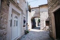 Vista de calles de la ciudad vieja con los adoquines Imagen de archivo