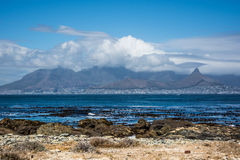 Vista de Cape Town y de la montaña de la tabla de la isla de Robben Foto de archivo libre de regalías