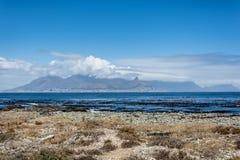 Vista de Cape Town y de la montaña de la tabla de la isla de Robben Imágenes de archivo libres de regalías