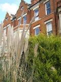 Vista de casas colgantes en la ciudad Reino Unido de Northampton foto de archivo