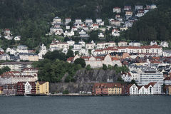 Vista de casas coloridas de madeira no fundo das montanhas, Bergen Fotografia de Stock