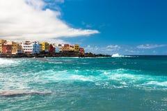 Vista de casas coloridas de Punta Brava da praia Jardin em Puerto de la Cruz, Tenerife, Ilhas Canárias, Espanha imagem de stock