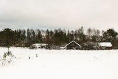 Vista de casas de campo de madeira pequenas sob a neve no dia de inverno Imagem de Stock