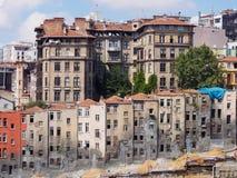 Vista de casas estrechas viejas en Estambul Fotos de archivo