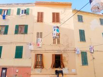 Vista de casas italianas típicas con los obturadores Alghero Imagen de archivo libre de regalías