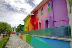 Vista de casas pintadas bonitas em Hulhumale Fundos coloridos Imagens de Stock