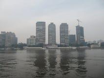 Vista de casas de varios pisos en el centro de El Cairo del Nilo fotografía de archivo