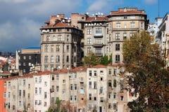 Vista de casas viejas y de tejados tejados de Estambul en el distrito de Beyoglu imágenes de archivo libres de regalías