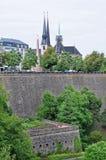 Vista de casemates da cerveja preta forte da ponte na cidade de Luxemburgo Foto de Stock