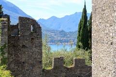 Vista de Castelo Castello di Vezio ao lago Como e às montanhas, Lombardy Imagem de Stock Royalty Free