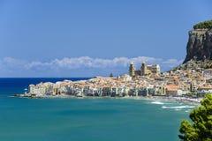 Vista de Cefalu com praia e castelo Fotos de Stock Royalty Free