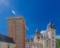 Vista de Château de Pau contra el cielo azul, en el centro de ciudad de Pau, Francia imagenes de archivo