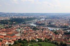 Vista de Charles Bridge, del río de Moldava y de la ciudad vieja de fotografía de archivo