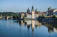 Vista de Charles Bridge e dos fechamentos Vltava praga República checa Fotos de Stock