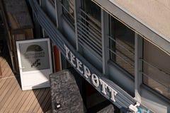 Vista de cima da entrada ao restaurante e ao Schust do teepott imagens de stock