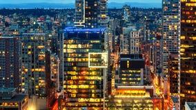 Vista de cima da noite, cidade moderna com luzes de néon do lumin imagem de stock royalty free