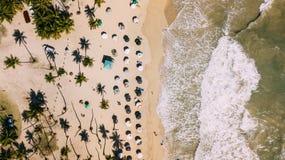 Vista de cima da praia e do oceano fim imagem de stock royalty free