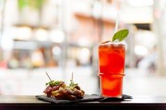 Vista de cima do aperitivo italiano com alimento e para spritz o cocktail com fatia alaranjada na parte superior da barra com luz fotografia de stock royalty free