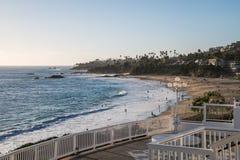 Vista de cima do Laguna Beach, Califórnia que mostra povos na água, na praia e andando ao longo da ressaca fotografia de stock