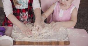 Vista de cima de duas irmãs que jogam com farinha na cozinha vídeos de arquivo