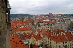 Vista de cima nos telhados das casas em Praga, República Checa Imagens de Stock