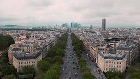 Vista de cima de, nos telhados e no distrito financeiro da defesa Paris do La, movimento lento de França Carros da arquitetura da vídeos de arquivo