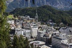 Vista de cima sobre de uma cidade de Sankt Moritz nos cumes suíços Imagem de Stock Royalty Free