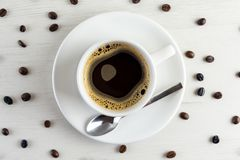 Vista de cima de um copo delicioso e saboroso do café recentemente feito com café fotografia de stock royalty free