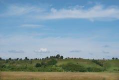 Vista de colinas y de valles en un día de verano soleado Fotos de archivo libres de regalías