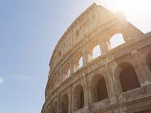 Vista de Colosseum con la llamarada en un día soleado con las pequeñas nubes Fotos de archivo libres de regalías