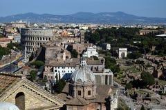 Vista de Colosseum e Roman Forum do monumento a Vittorio Emanuele II Indicadores velhos bonitos em Roma (Italy) Fotografia de Stock Royalty Free