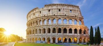 Vista de Colosseum em Roma no nascer do sol foto de stock