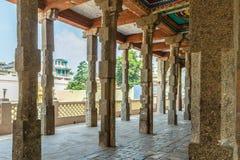 Vista de colunas do templo hindu, Kumbakonam, TN, Índia 15 de dezembro de 2016 Imagens de Stock Royalty Free
