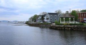 Vista de construções coloridas da baía de Mahone, Nova Scotia 4K vídeos de arquivo