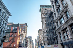 Vista de construções de NYC de baixo de Fotos de Stock Royalty Free