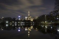Vista de construções de Manhattan da lagoa do Central Park Fotografia de Stock